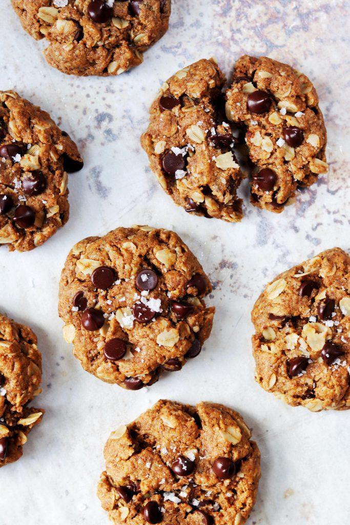 Almond butter oatmeal chocolate chip cookies - Daisybeet